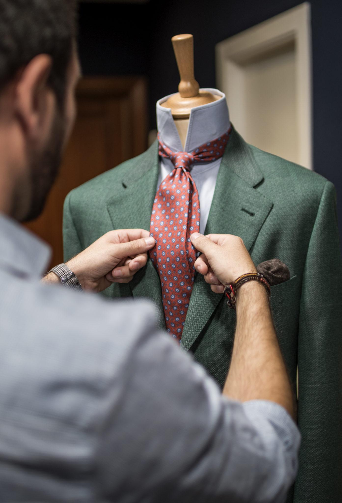 traje verde con corbata roja